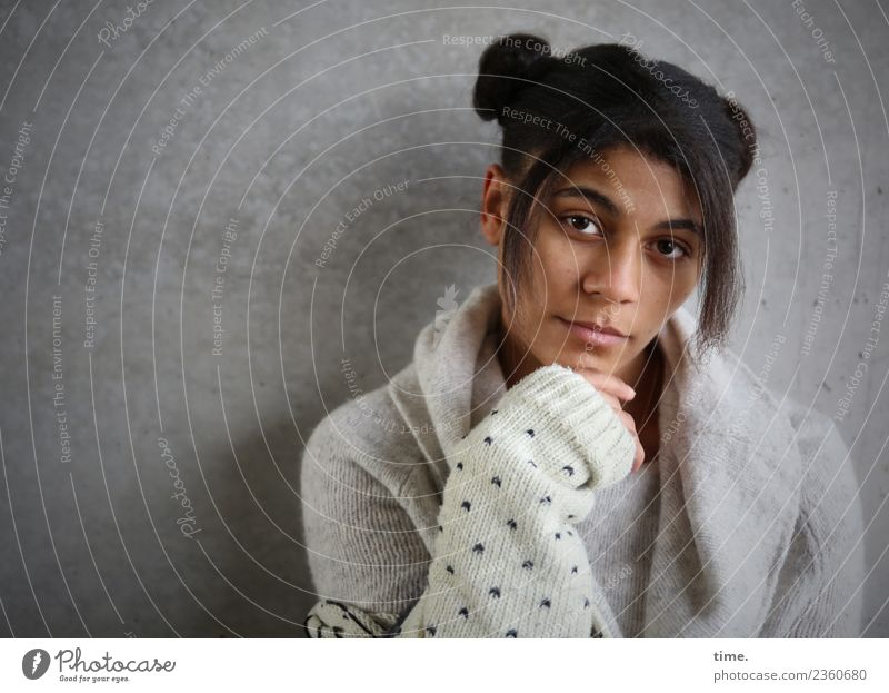 Samina feminin Frau Erwachsene 1 Mensch Mauer Wand Jacke Haare & Frisuren schwarzhaarig langhaarig Afro-Look beobachten Denken festhalten Blick warten dunkel
