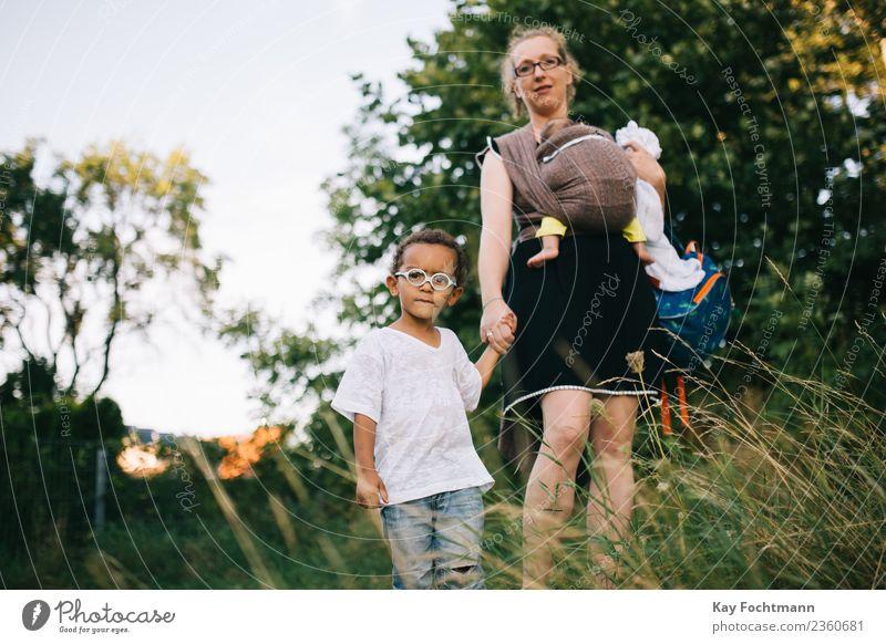 Blonde Mutter mit Mischlingskindern im Park Lifestyle Wohlgefühl Freizeit & Hobby Ferien & Urlaub & Reisen Tourismus Ausflug Sommer Sommerurlaub Kindererziehung