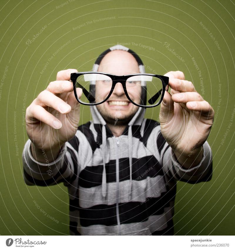 Big glasses Mensch maskulin Mann Erwachsene Gesicht Hand 1 30-45 Jahre Pullover Brille Kapuzenpullover beobachten verrückt Freude skurril Humor lustig Freak