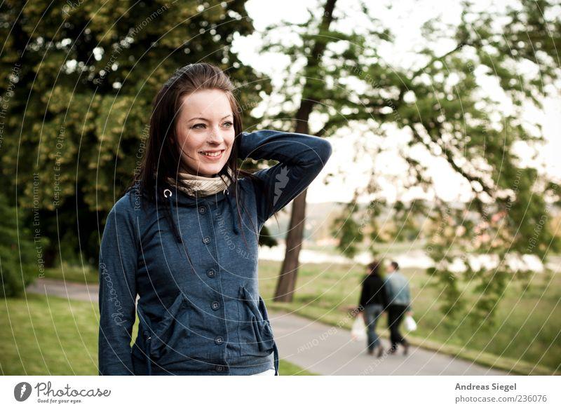 Grillerei @ Elbufer Mensch Frau Natur Jugendliche blau grün Baum Sommer Erwachsene Wiese feminin Wege & Pfade Zufriedenheit natürlich authentisch stehen