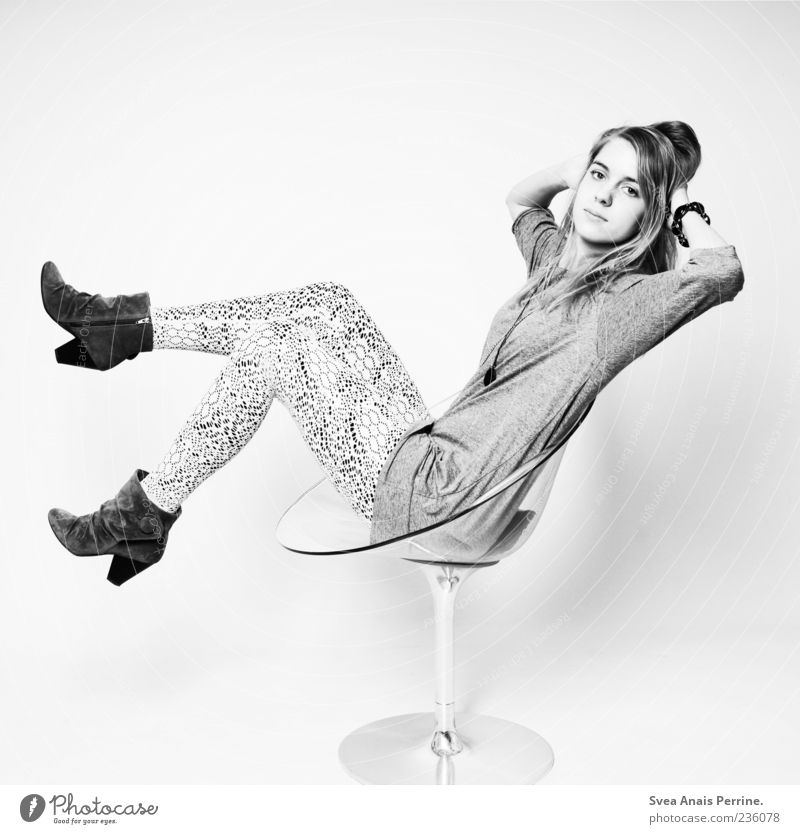 haltung. Mensch Jugendliche schön Erwachsene feminin Stil Mode Schuhe elegant sitzen außergewöhnlich Design modern Junge Frau 18-30 Jahre Coolness
