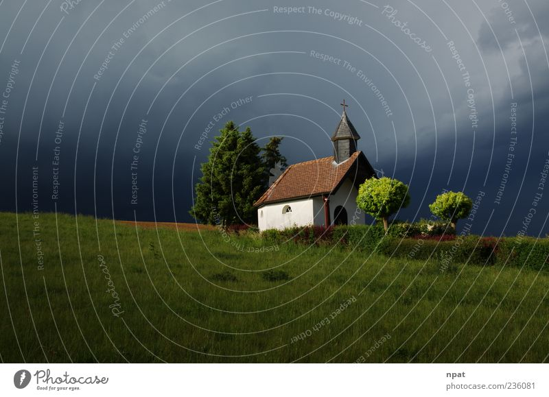 Zuflucht vor dem Weltuntergang Landschaft Gewitterwolken Sonnenlicht Sommer Wetter schlechtes Wetter Unwetter Wind Baum Gras Wiese Hügel Kirche Kreuz dunkel