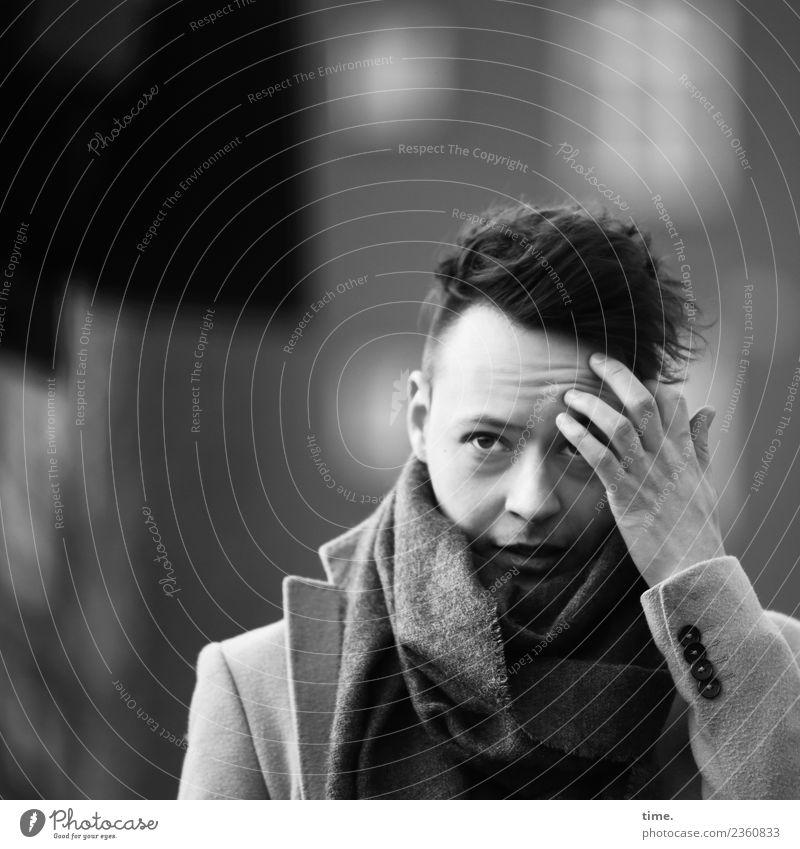 Sergej maskulin Mann Erwachsene 1 Mensch Mantel Schal schwarzhaarig kurzhaarig beobachten berühren Denken festhalten Blick warten dunkel schön selbstbewußt