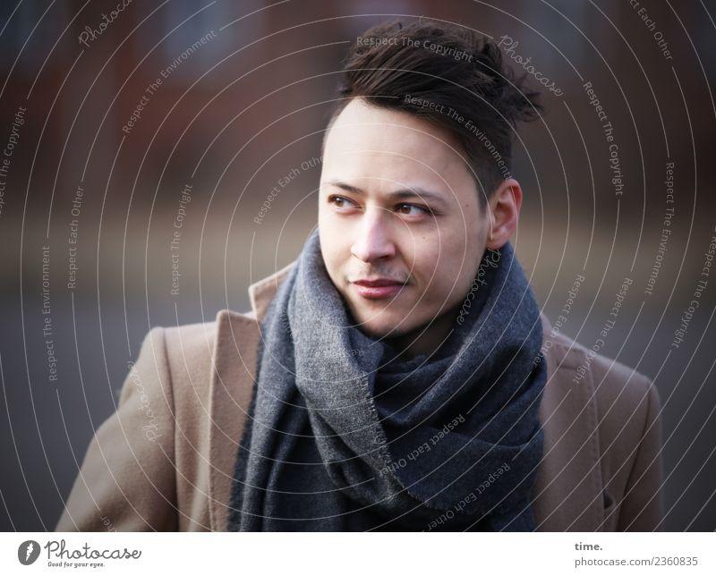 Sergej maskulin Mann Erwachsene 1 Mensch Winter Schönes Wetter Mantel Schal schwarzhaarig kurzhaarig beobachten Blick selbstbewußt Coolness Willensstärke