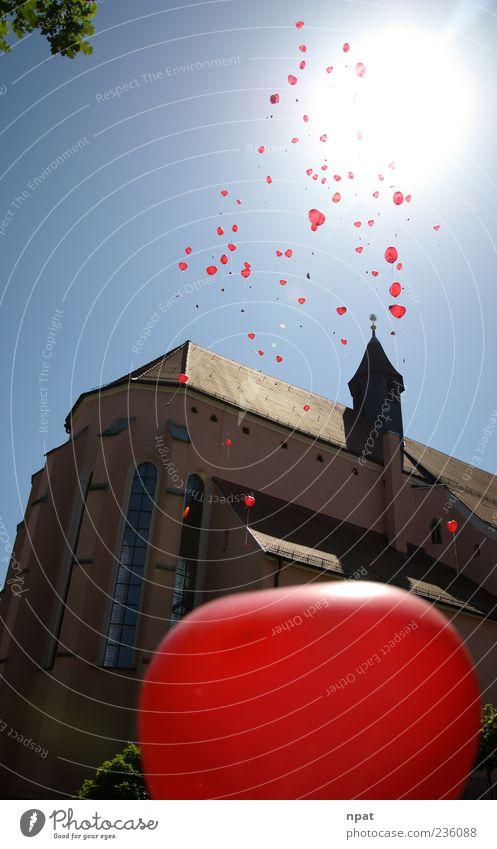 Steig auf zum Glück Luft Wolkenloser Himmel Sonne Sonnenlicht Kirche Luftballon hoch positiv blau grün rot Hoffnung Lebensfreude Liebe Zukunft Farbfoto