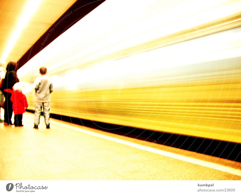 schnelllebig Verkehr Geschwindigkeit fahren Rasen lang U-Bahn vergangen Belichtung passieren