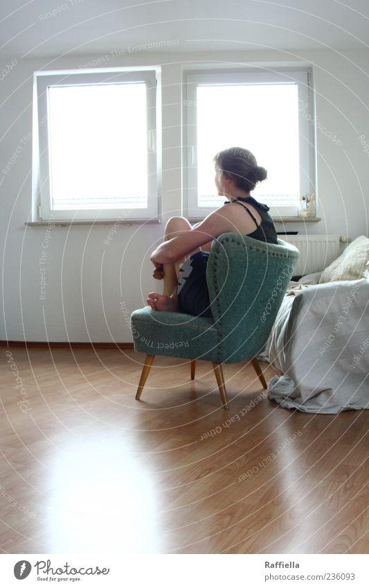 Zuhause II Jugendliche Einsamkeit Erwachsene Fenster Kopf hell Raum Wohnung Arme sitzen Häusliches Leben Junge Frau 18-30 Jahre Kleid Sofa Wohnzimmer