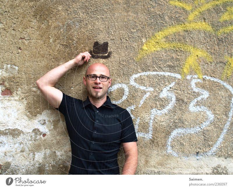 grüß gott! Mensch maskulin Mann Erwachsene Mauer Wand Fassade Hut Lächeln außergewöhnlich Freundlichkeit Fröhlichkeit Freude Lebensfreude Sympathie Idee skurril