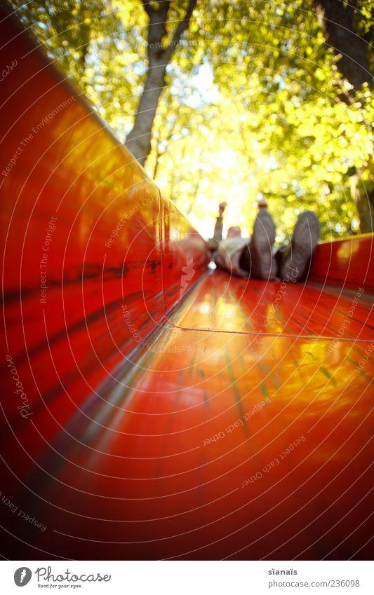 rutsche Mensch rot Sommer Freude Erwachsene Leben Spielen Schuhe liegen maskulin Fröhlichkeit Lebensfreude Spielplatz Bewegungsunschärfe Rutsche Spielzeug
