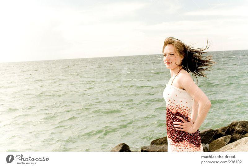 WINDIG Mensch Himmel Natur Jugendliche Wasser schön Sommer feminin Umwelt Landschaft Stil Erwachsene Küste Wellen Wind Horizont