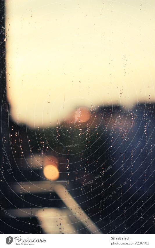 Fensterwaschanlage Wasser Wassertropfen Wetter schlechtes Wetter Unwetter Sturm Regen Gewitter Reinigen Fensterputzen Farbfoto Innenaufnahme Textfreiraum oben