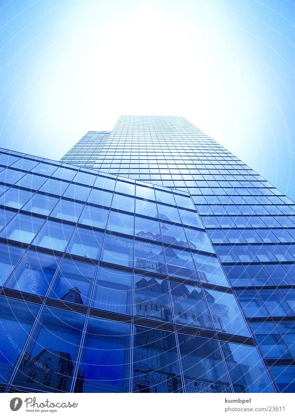 Himmelsgreifer Mensch Himmel Haus Gebäude Architektur Hochhaus hoch fangen historisch Hülle Altbau Erreichen dezent komplex Postmoderne