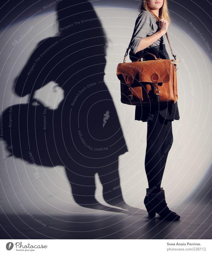 Abschluss Klausur Gestaltung. Mensch Jugendliche Erwachsene feminin grau Mode braun Schuhe blond elegant stehen Lifestyle einzigartig 18-30 Jahre Kleid dünn