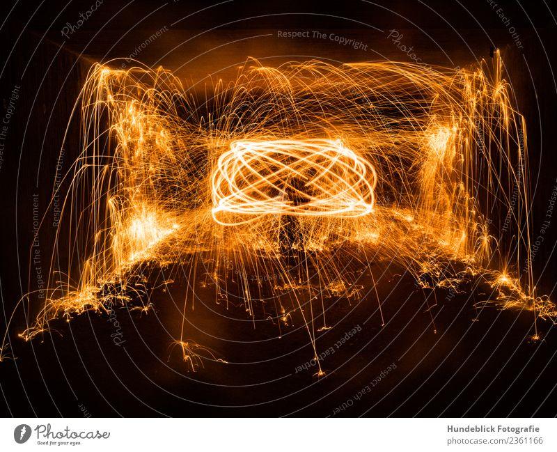 Funkenflug Urelemente Feuer Wärme gelb gold orange schwarz funkenflug Feuerwerk Farbfoto Außenaufnahme abstrakt Textfreiraum unten Nacht Licht Schatten