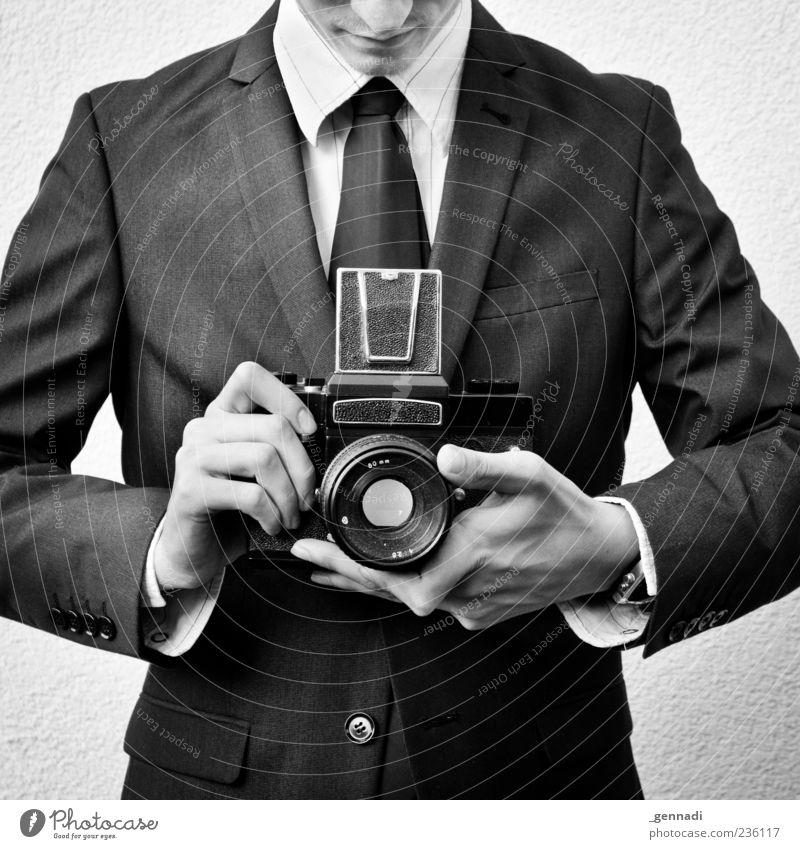 Kameramann Mensch Junger Mann Jugendliche Hand Finger 1 18-30 Jahre Erwachsene Mode Bekleidung Anzug Jacke Hemdkragen Krawatte Armbanduhr Fotokamera Sucher