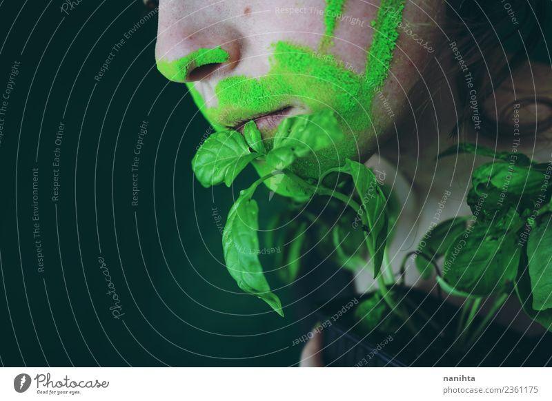 Nahaufnahme des Mundes einer jungen Frau und einer Pflanze Lebensmittel Ernährung Essen Bioprodukte Vegetarische Ernährung Basilikum Design exotisch Mensch