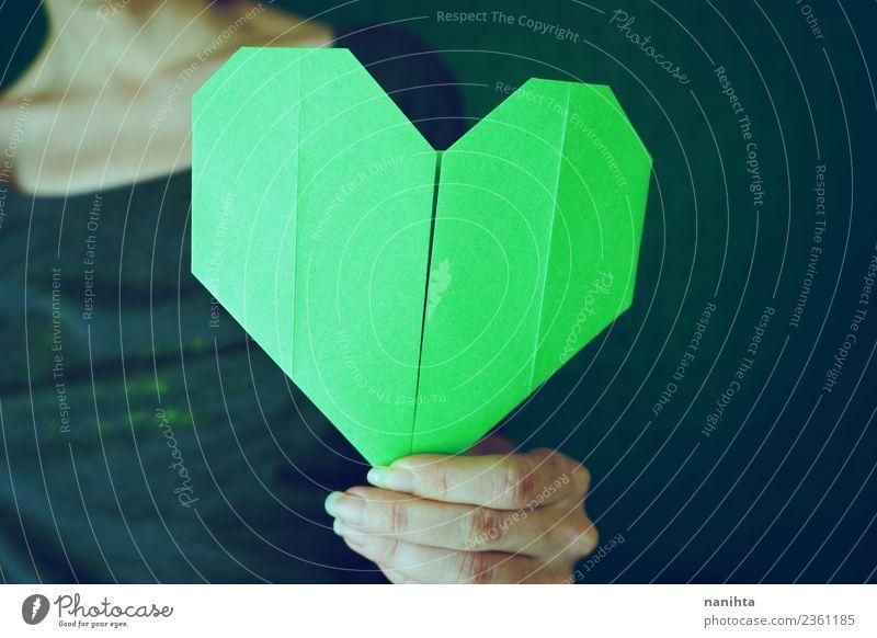 Junge Frau, die ein Grünbuchherz hält. Stil Design Freizeit & Hobby Handarbeit Origami Papier Mensch feminin Jugendliche Erwachsene 1 18-30 Jahre Herz dreckig