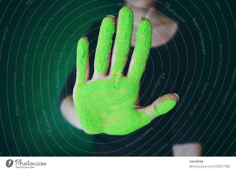 Handverschmutzung durch grünen Staub Design exotisch Mensch feminin Frau Erwachsene Jugendliche 1 18-30 Jahre Kunst Künstler Maler Handhaltung stoppen