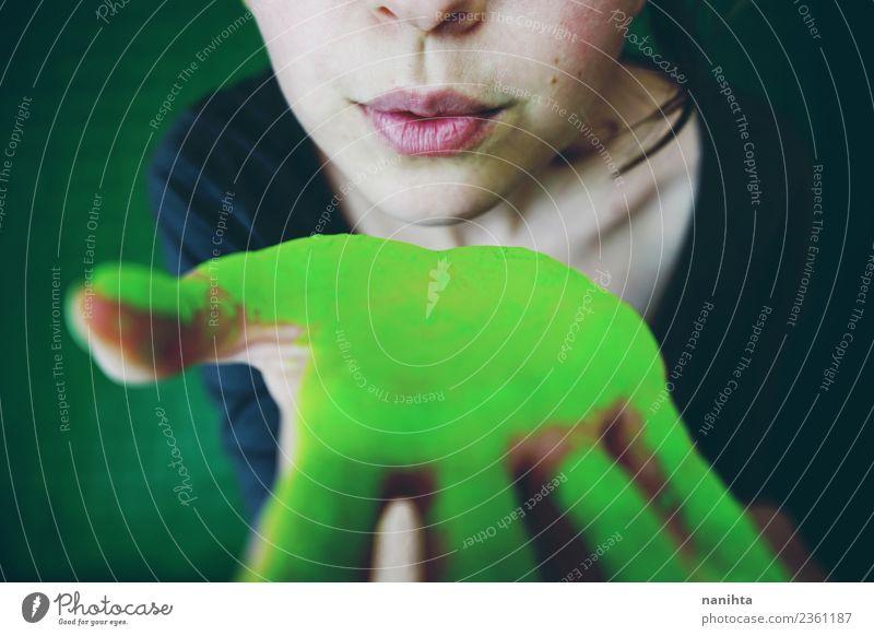 Junge Frau schickt einen Kuss und zeigt ihre grüne Hand. Stil Design exotisch schön Mensch feminin Jugendliche 1 18-30 Jahre Erwachsene Kunst Küssen dreckig