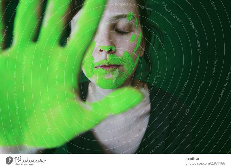 Junge Frau schmutzig von grünem Staub hinter ihrer Hand Design exotisch Gesicht Erholung ruhig Meditation Mensch feminin Jugendliche 1 18-30 Jahre Erwachsene