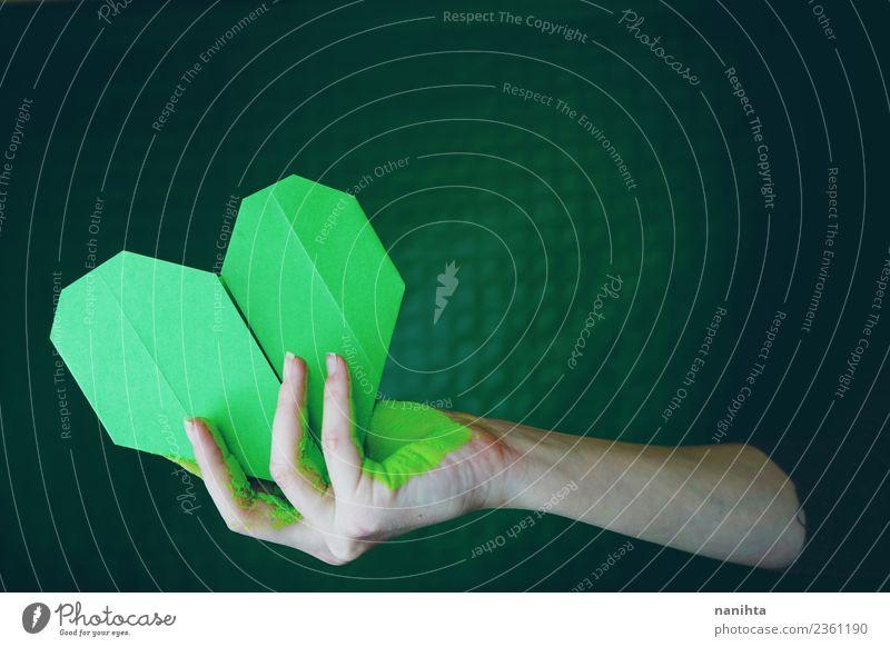 Hand hält ein grünes Papierherz. Mensch feminin Junge Frau Jugendliche Erwachsene 1 18-30 Jahre Kunst Künstler Kunstwerk Kultur Origami malen Herz festhalten