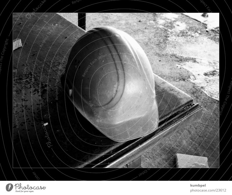 Baustellenserie Aufnahme 2 Reihe Helm Bauarbeiter Sicherheit Tisch Dinge Schwarzweißfoto Schutz rau