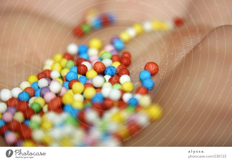 buntes Krams. Zuckerperlen Haut Hand Kugel rund mehrfarbig Nahaufnahme Detailaufnahme Menschenleer Unschärfe essbar Perle Kindheitserinnerung süß Süßwaren