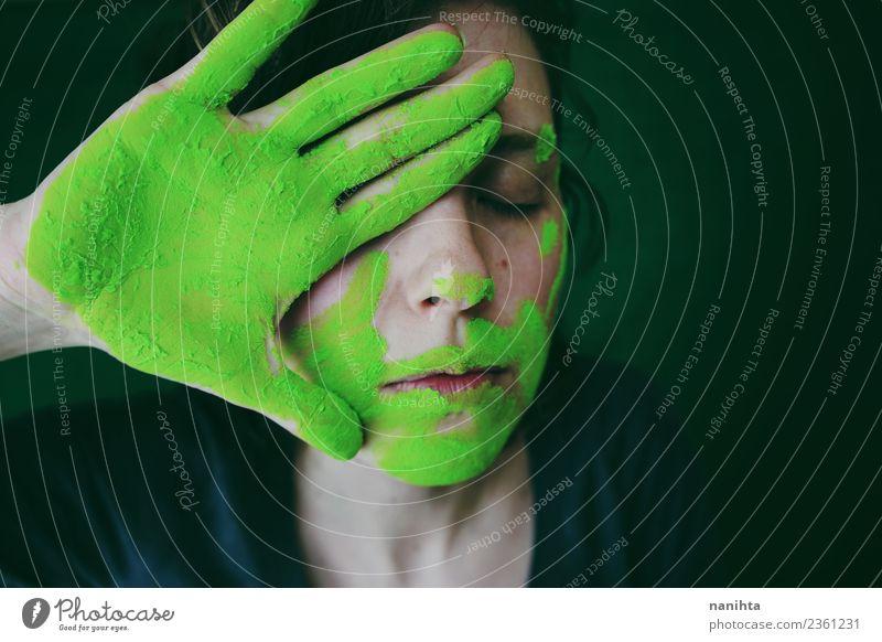 Junge Frau schmutzig von grünem Staub Stil exotisch Gesicht Mensch feminin Jugendliche 1 18-30 Jahre Erwachsene Kunst Künstler Maler Kultur dreckig dunkel