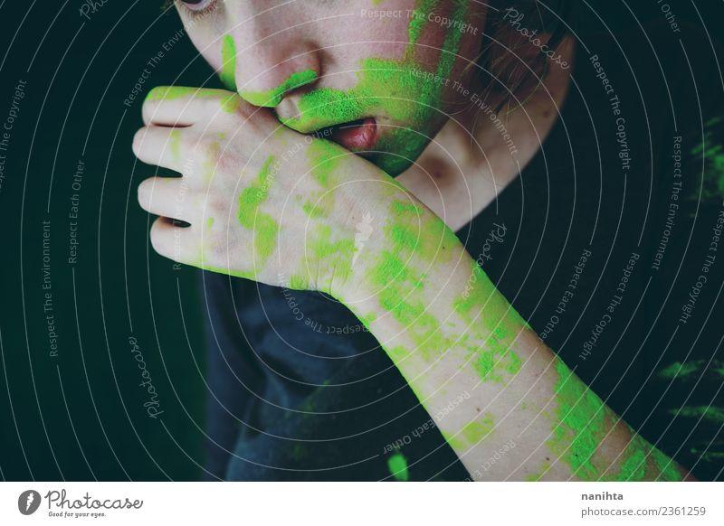 Junge Frau schmutzig von grünem Staub exotisch Mensch feminin Jugendliche 1 18-30 Jahre Erwachsene Kunst Künstler Maler Kultur dreckig dunkel authentisch neu