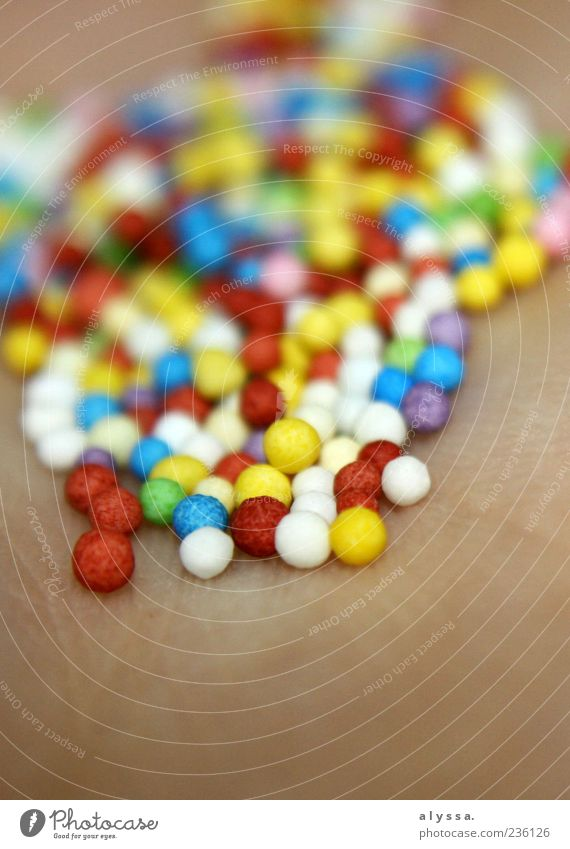 pretty in colorful. klein Haut liegen süß rund viele Kugel Zucker Haufen Mensch Unschärfe Zuckerperlen