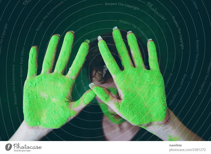 Junge Frau mit schmutzigen Händen aus grüner Farbe Stil Design Handarbeit Mensch feminin Junger Mann Jugendliche Erwachsene 1 18-30 Jahre Kunst Künstler Maler