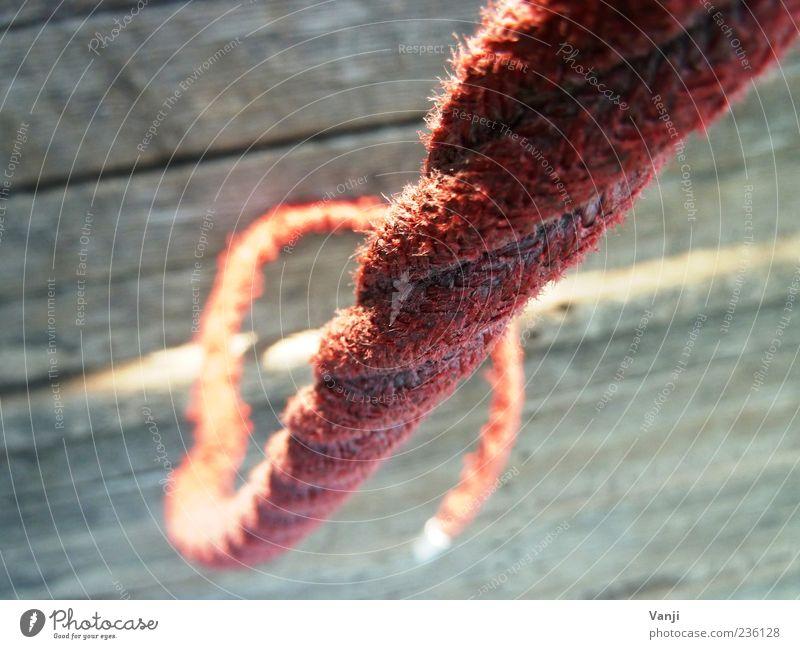 Rotes Seil hängen grau rot alt Holzbrett Farbfoto Außenaufnahme Tag Nahaufnahme hängend freihängend Halt fest Menschenleer Unschärfe 1