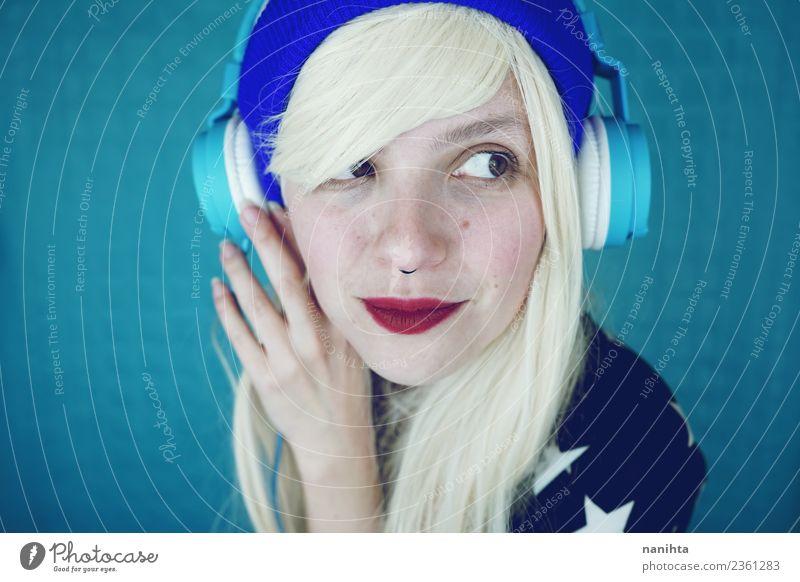 Junge lustige Frau, die Musik hört. Lifestyle Stil Design Haare & Frisuren Haut Gesicht Freizeit & Hobby Headset Technik & Technologie Unterhaltungselektronik