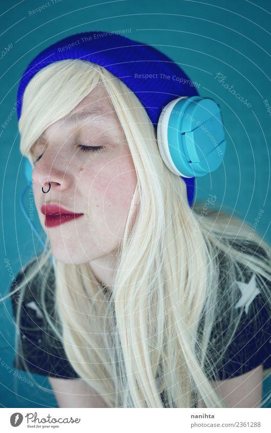 Mensch Jugendliche Junge Frau schön Erholung ruhig 18-30 Jahre Gesicht Erwachsene Lifestyle feminin Stil Haare & Frisuren Freizeit & Hobby träumen Musik