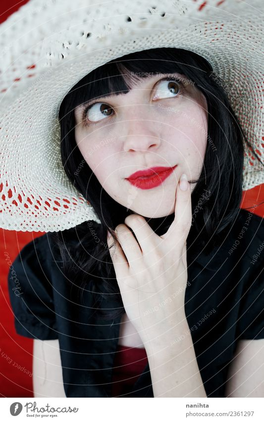 Junge brünette Frau, die über etwas nachdenkt. elegant Stil schön Haare & Frisuren Haut Gesicht Lippenstift Mensch feminin Junge Frau Jugendliche 1 18-30 Jahre