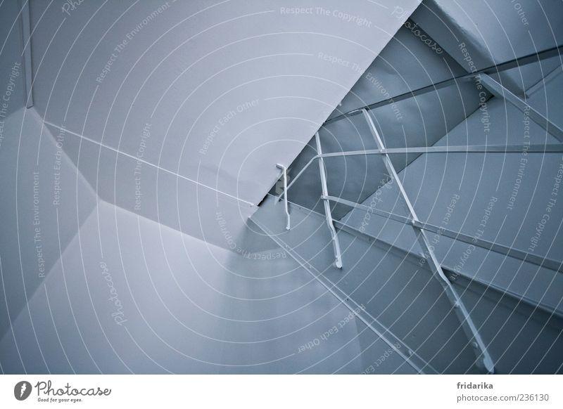 verwinkelt weiß Wand grau Mauer Tür Treppe modern Geländer silber eckig Dachboden Klappe