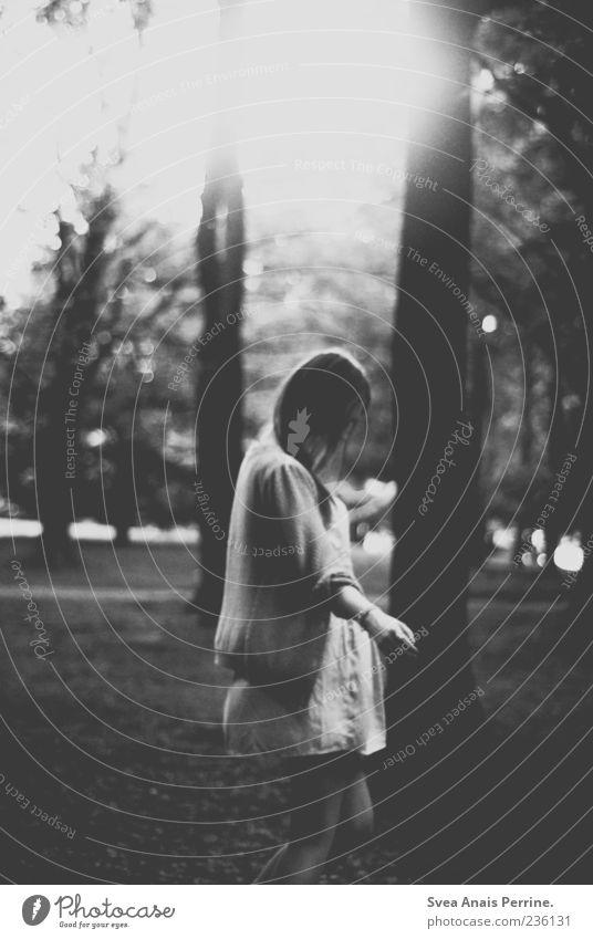 untypisch. Mensch Jugendliche Baum feminin Bewegung Park Tanzen außergewöhnlich Junge Frau einzigartig Kleid Rock Schwarzweißfoto
