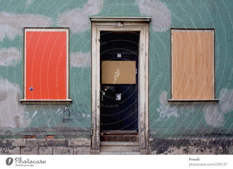 Alt-Bunt Haus Mauer Wand Fenster Tür Holz alt braun grün rot Verfall Vergänglichkeit Farbfoto Außenaufnahme Tag Fassade Menschenleer geschlossen außergewöhnlich