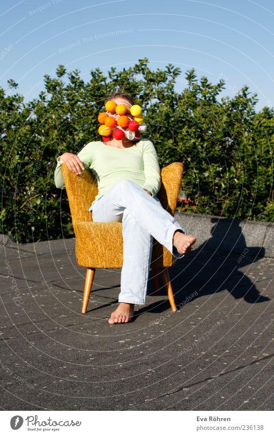 Im gelben Sessel auf dem Dach die Sonne genießen Mensch Jugendliche blau grün Baum Gesicht grau lustig sitzen außergewöhnlich Junge Frau Jeanshose Kugel skurril