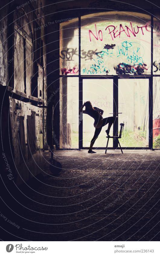 no peanuts Mensch Frau dunkel feminin außergewöhnlich stehen einzigartig Stuhl Körperhaltung Halle Stolz beweglich rebellisch Kontrast
