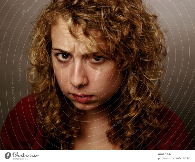 Angriffslustig?! feminin 1 Mensch 18-30 Jahre Jugendliche Erwachsene blond Locken Konflikt & Streit bedrohlich frech listig rebellisch Stress verstört