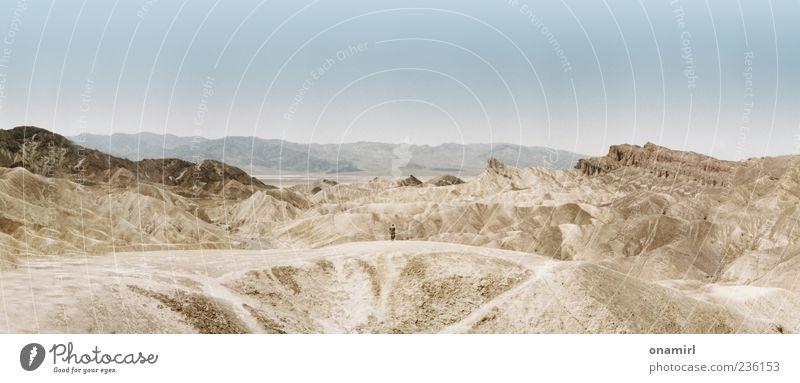 Zabriskie Point - Death Valley 2011 Himmel Mann Natur blau Einsamkeit Erwachsene Ferne Landschaft Sand Luft Horizont Erde braun Felsen Wüste Hügel