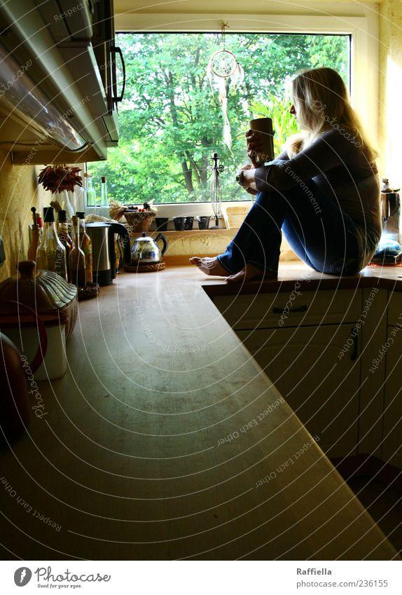 Zuhause III Frau ruhig Erwachsene Erholung gelb Fenster Haare & Frisuren Wohnung blond sitzen Häusliches Leben Kaffee Küche beobachten Jeanshose 45-60 Jahre
