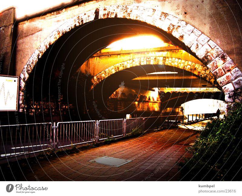 Brückendämmerung alt Sonne Einsamkeit Graffiti Brücke trist Wandel & Veränderung bizarr verwandeln