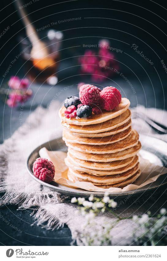 Vegane Pancakes mit frischen Beeren Lebensmittel Teigwaren Backwaren Dessert Süßwaren Ernährung Mittagessen Kaffeetrinken Büffet Brunch genießen Gesundheit