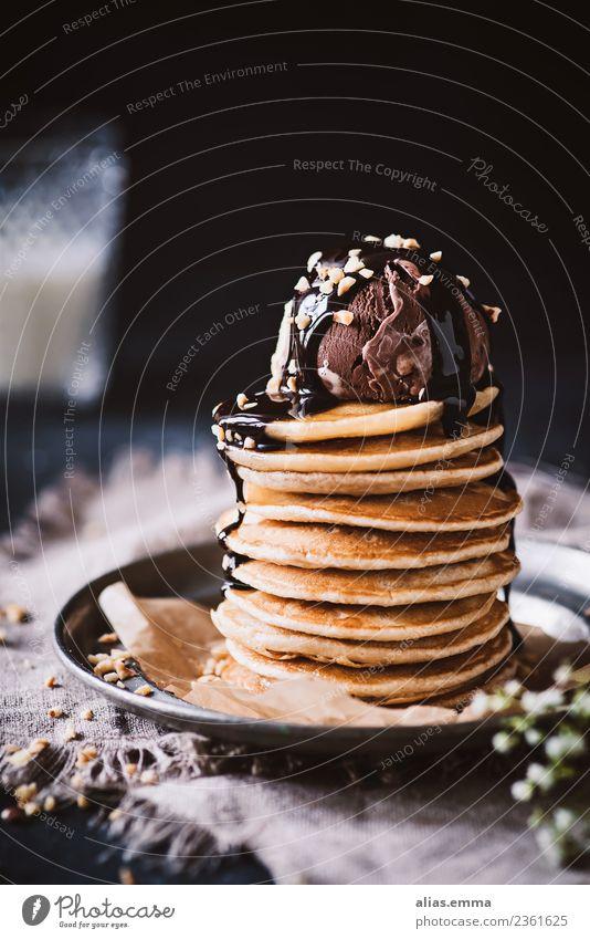 Pancakes mit Eis und Schokosoße Pancake Rocks Pfannkuchen Crêpe amerikanisch Waffel Tradition Dessert Speiseeis backen Gesunde Ernährung Essen Foodfotografie