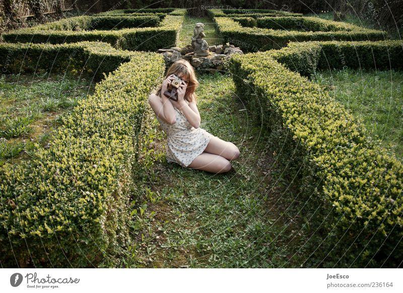 500 Lifestyle Freizeit & Hobby Garten Frau Erwachsene Leben Natur Park Kleid beobachten festhalten warten trendy einzigartig natürlich retro schön Freude