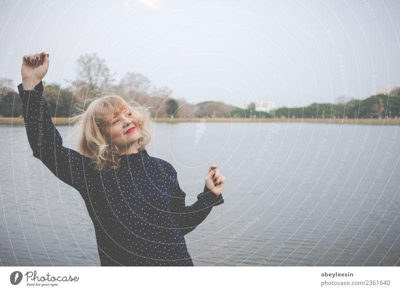 Glückskonzept, Nahaufnahme einer jungen Frau Lifestyle Stil Freude schön Haut Gesicht Ferien & Urlaub & Reisen Ausflug Sommer Sonne Mensch Erwachsene