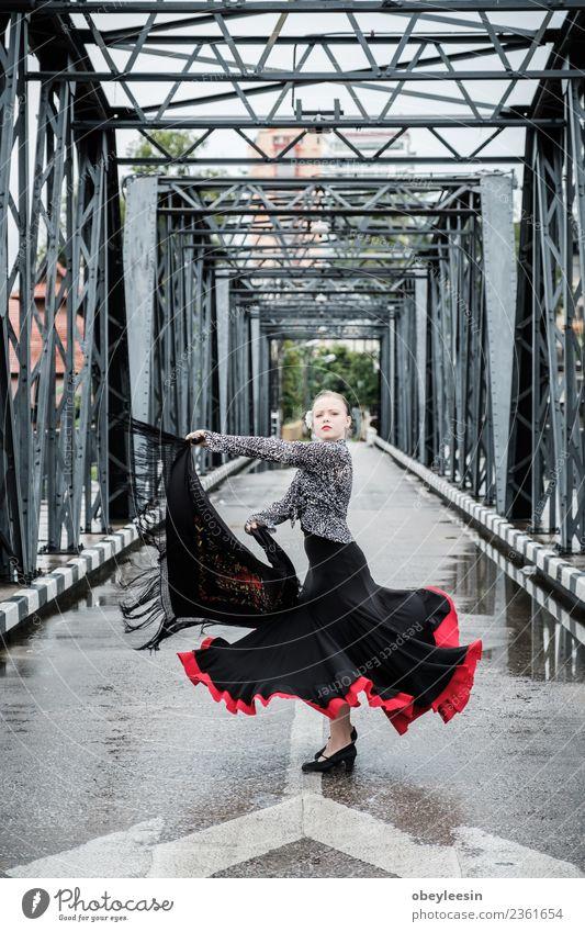 Junger schöner Flamenco-Tanz, Lifestyle elegant Freude Entertainment Kindheit Kunst Tänzer Kultur Bekleidung Kleid Puppe Souvenir Lächeln klein niedlich rot