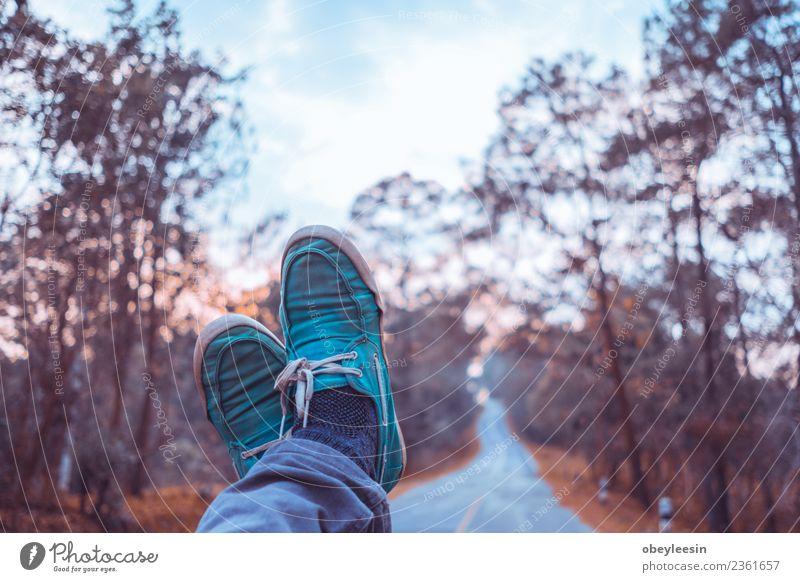 Mensch Mann alt Farbe Erwachsene Lifestyle natürlich Stil Gebäude Fuß Mode braun retro Aussicht Schuhe stehen